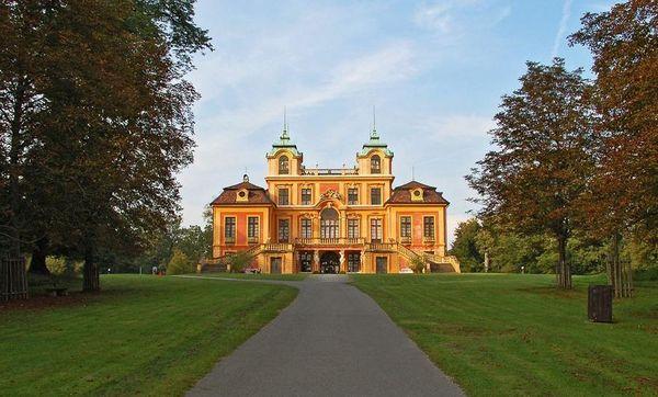 Schloss Favorite von Süden am Ende der Hauptachse