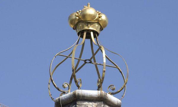 Dachspitze mit goldener Krone von Schloss Bruchsal